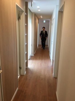 1階の南北の廊下を走る星野さん!